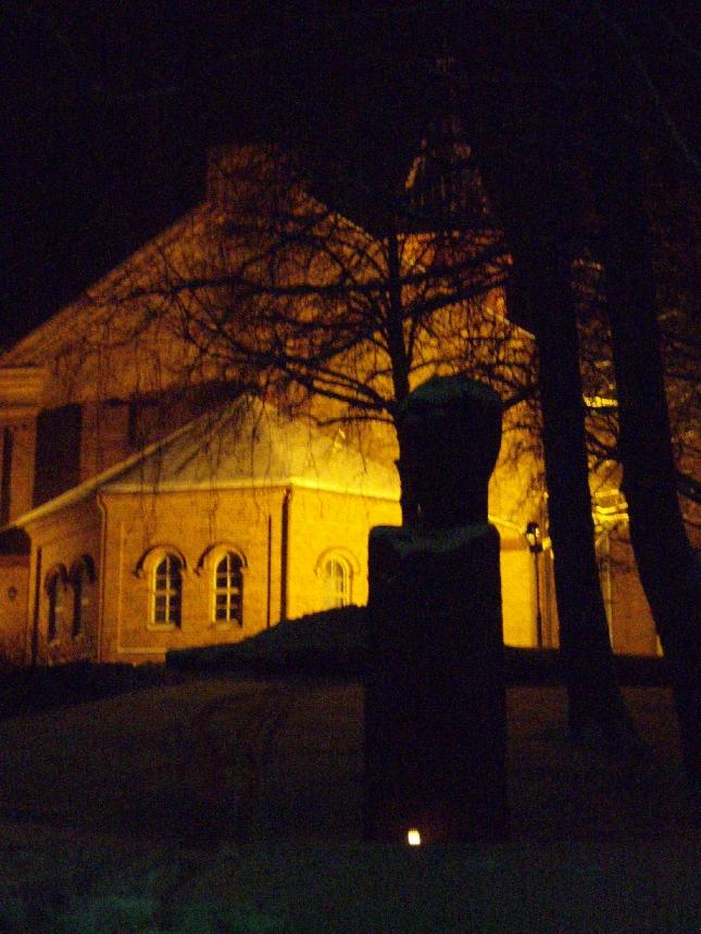 Tänään pitkän päivän päätteeksi kävin sytyttämässä kynttilän Lopen kauniin kirkonmäkeen Yrjösakari Yrjö-Koskisen patsaalle. Lopen kokoomuksen 90-vuotispäivän kunniaksi.
