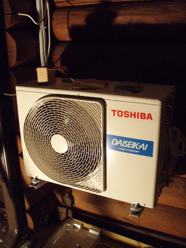 Tämä uusi Toshiban RAS-10SAVP-ND ja 10SKVP-ND -laite tulee hoitamaan jo ensi viikosta lähtien suuren osan kesämökkimme lämmityksestä. Tila on avoin ja avara ja uskon siis hyödyn olevan erittäin suui. Toshiban Daisekai on yksi tämän hetken parhaista koneista ja COP on 5,08 ja EER 5,10. Tosin taitaa jo huomenna tulla taas uusia malleja. Alalla kehitys huikeaa. Niin ja jos aivan erityisen siroa sisäyksikköä etsii niin suosittelen siinä tilanteessa kurkkaamaan myös LG:n uudet taulumalliset ilmalämpöpumput.