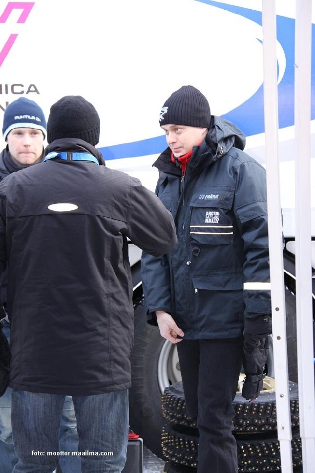 Mikkelin SM-rallissa nauttimassa upeasta talvisäästä enduron MM-sarjan kuljettajan Jari Mattilan kanssa. Kuva: www.moottorimaailma.com