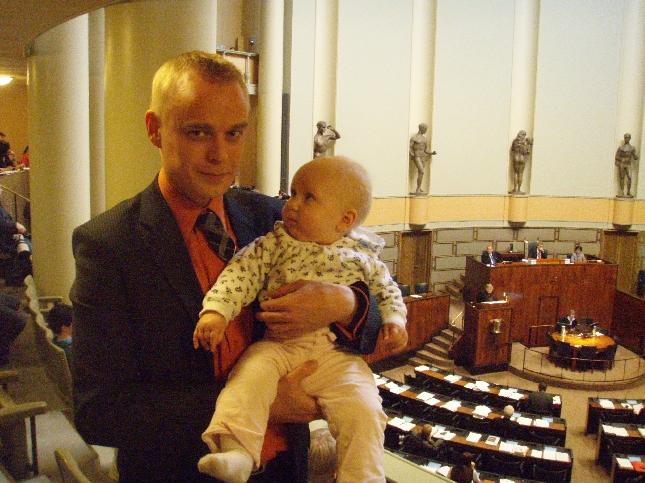 Ennen seminaaria veljentyttö Isa kävi setää moikkaamassa. Pitihän sitä lehtereille jo kuvaan päästä. Hurmaava.