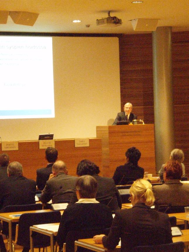 Eduskunnan syöpäverkoston seminaari veti tänään Pikkuparlamentin auditorion täyteen väkeä. Mielenkiintoinen ja huippuasiaa sisällä pitänyt seminaari.