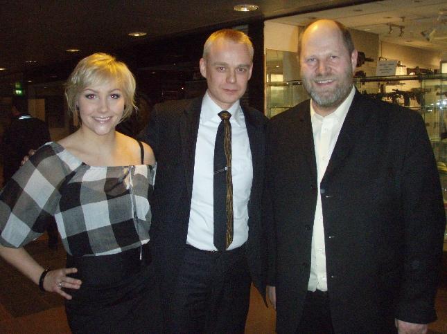 Ralliraita elokuvan ohjaajan Markku Pölösen ja formulakuljettaja Emma Kimiläisen kanssa elokuvateatteri Bristolissa.
