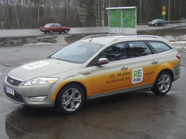 Tänään sain koeajaa todellakin ensimmäisten joukossa Suomessa automaailman uusinta uutta. Eli kuvan Flex-fuel Ford Mondeota ja tankissa suomalaisesta jätteestä tehtyä Refuelia. Katsokaa auton kyljestä mitkä päästöt.
