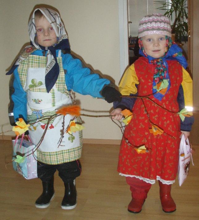 Kummityttö Elisa ja velipoika Roope virpomismatkalla. Ja Roopekin saanut mekon päälleen.