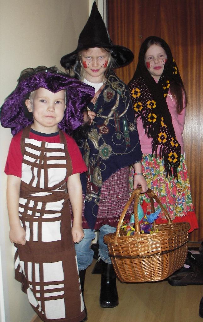 Tässä iltapäivän noitia. Kummityttö Venla, pikkuveli Feetu mekossa edessä ja takana ystävänsä Nella.