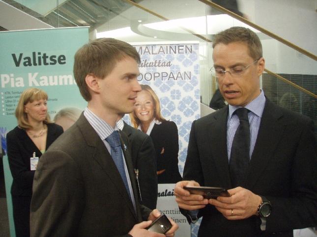 Tänään puoluevaltuustossa vahvistimme EU-vaaliohjelman. Aikalailla hieno tunnelma kun MEP-ehdokasryhmä paikalla ja eduskunnan Pikkuparlamentin auditorio viimeistä penkkiä myöten täynnä. Ja luonnollisesti paikalla myös yksi kaikkien aikojen aikaansaavimmista MEP:eistämme nykyinen ulkoministeri Alexander Stubb. Tässä Alex jutulla Heikki Auton kanssa. Veikkaan, että Heikki yksi EU-vaalien suurimpia yllättäjiä. Huippuosaaja nuoresta iästään huolimatta. Olisittepa kuulleet miten Alex nuorta miestä kehui.