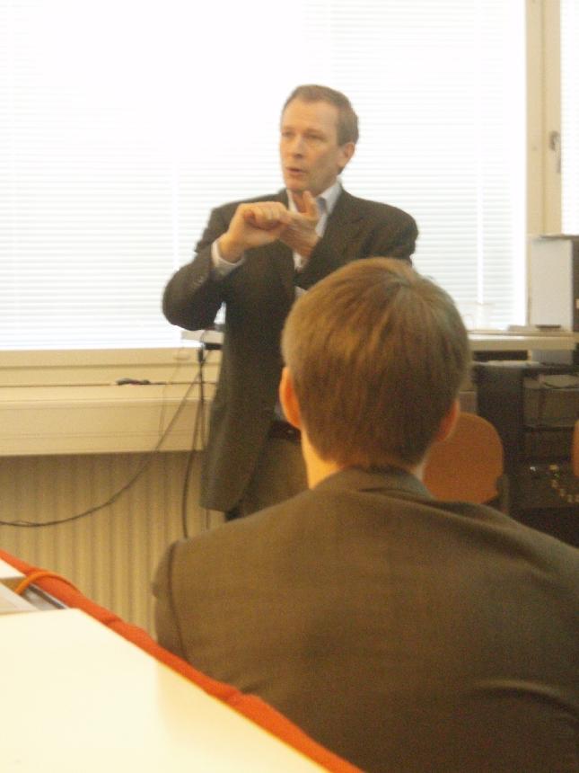 Luontoaamun jälkeen sitten Riihimäelle Hämeen Ammattikorkeakoulun HAMK auditorioon puhumaan taloudesta ja tulevasta yhdessä Risto EJ Penttilän ja Heikki Autton kanssa.
