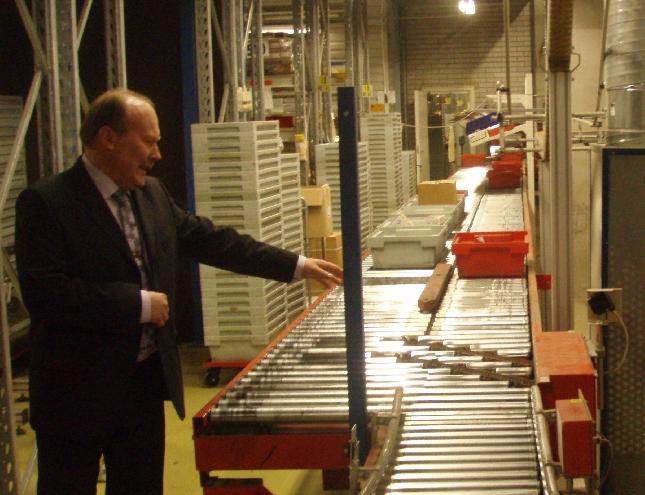 Würth Oy:n myyntipäällikkö esittelemässä Riihimäen keskuspaikan toimitiloja. Lähes 400 työntekijää joka päivä näissä tiloissa töissä. Suuri ja merkittävä työllistäjä koko Riihimäen seutukunnalle.