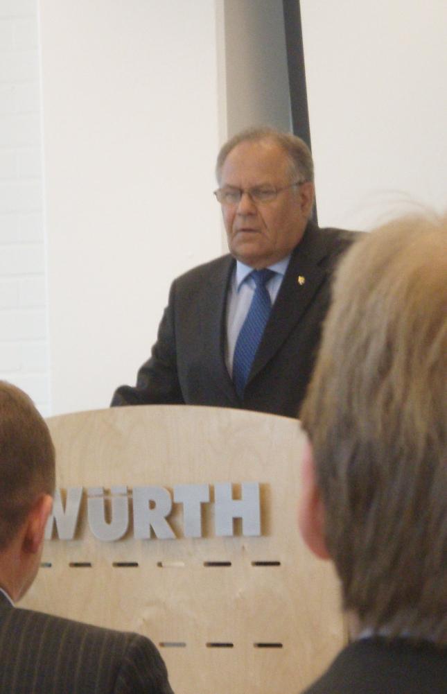 Würth Oy:n hallituksen puheenjohtaja Pentti Rantanen isännöi jälleen tänään talousforumia. Kolmannen kerran järjestetty seminaaritilaisuus keräsi Sauli Niinistön johdolla ennätysosallistujajoukon.