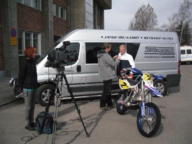 Tänään ehdimme lopulta kuvata myös ensi lauantain Enduron MM-sarjan tv-kuvaukset Helsingissä. Olimme varautuneet jo huomiseen työpäivään, mutta tänään onneksi aikataulut ja täysistunto niin lyhyt, että onnistuimme jo nyt. Tässä haastateltavana hyvä ystäväni BMW:n kuljettaja Marko Tarkkala. Kuvauspuuhissa Johanna Mykkänen ja Jorma Honka.