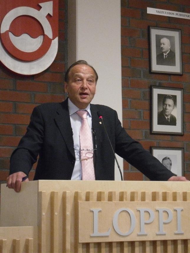 Maakuntajohtaja Juhani Honka piti tänään uuden maakuntavaltuustokauden avauskatsauksen Lopen valtuustosalissa. Edessä työrikas neljä vuotta sielläkin.