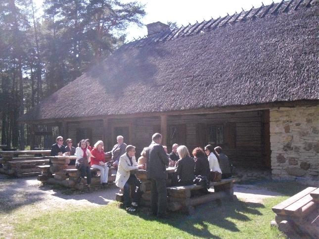 Osa Riihimäen seudun kokoomuslaisista nauttimassa aurinkopäivästä.