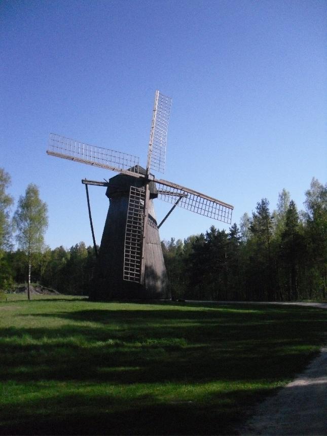 Upeaa Viron maaseutua ja ulkoilma museo. Hieno paikka, jollaiselle voisi olla myös Suomessa sijaa. Siis paikka mihin on siirretty eri vuosikymmenten ja satoja taloja ympäri maan. Ajatelkaapa millainen kirjo olisi meilläkin kun samassa paikassa pääsisi katsomaan Karjalaisia, Pohjanmaalaisia ja Lappalaisia tai puhumattakaan saaristolaisten taloja. Jos joku vaikka innostuisi tekemään?