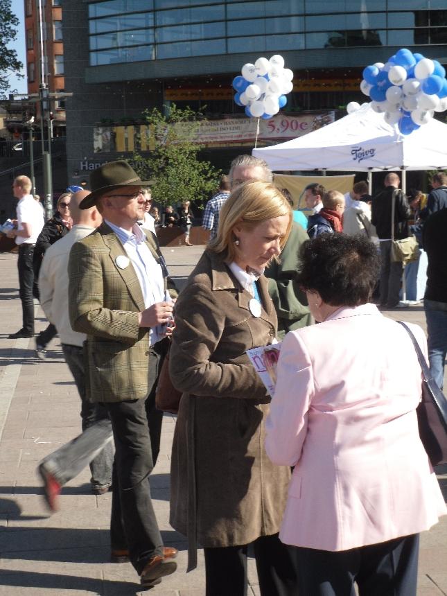 Nina Suomalainen ja Heikki Kauppi kampanjoimassa. Oli aika upea tilanne kun kahta muualle jo aiemmin lupautunutta EU-ehdokastamme lukuunottamatta kaikki ehdokkaamme oli mukana Stubbin paneelissa ja sen jälkeen ihmisten haastateltavissa. Ihmiset kyselivät ja kokoomus kuunteli.