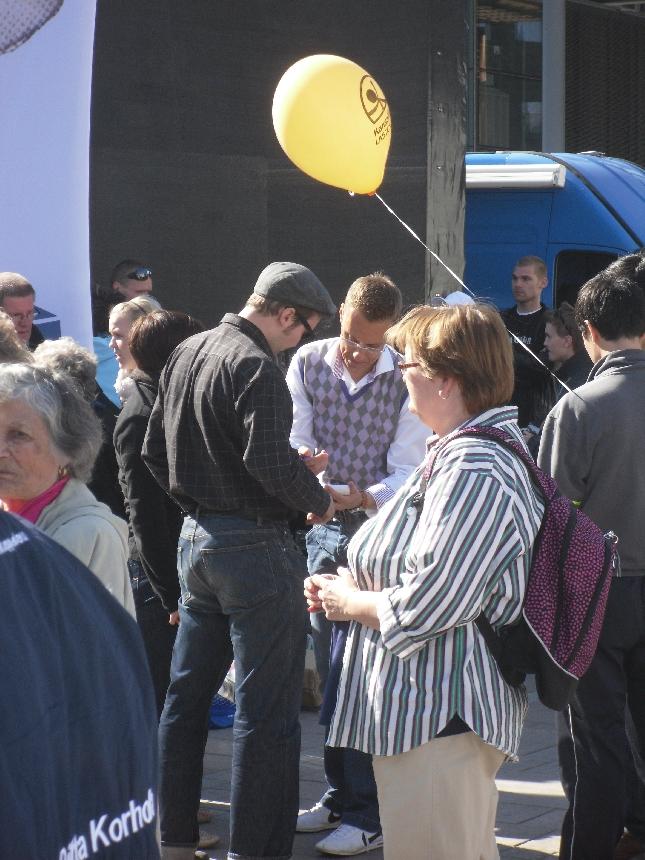 Ulkoministerimme Alexander Stubb juonsi päivän EU-vaalipaneelin ja ehti tavalle uskollisesti myös viettää päivän ihmisten kanssa.