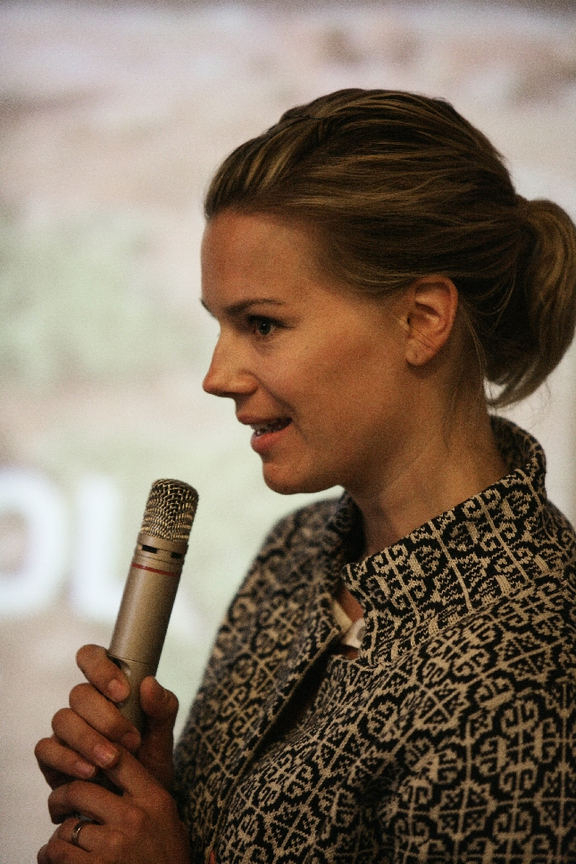 Johanna Brotherus haastattelee SINI-kouluhankkeen tansanialaista projektinvetäjää. Kuva: Jakke Nikkarinen/STT Info Kuva.