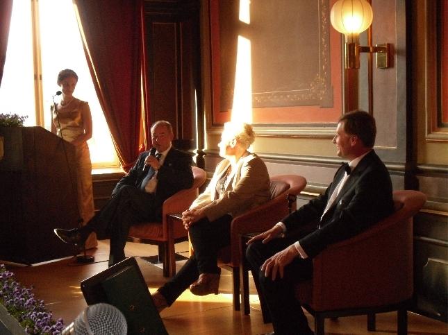Lulu Riikonen juontamassa illan juhlapaneelia, johon osallistuivat ministeri Iiro Viinanen, Euroedustaja Sirpa Pietikäinen ja kansanedustaja Jari Koskinen.