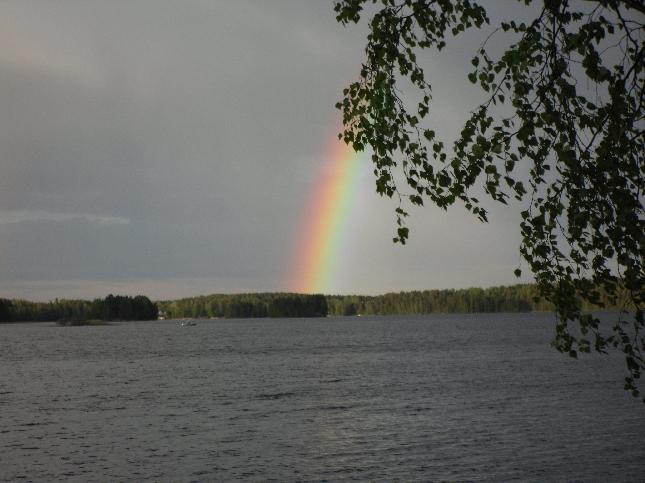 Kaunis näky, kun tänään illansuussa sateenkaari värjäsi mökkirantamme taivaan.