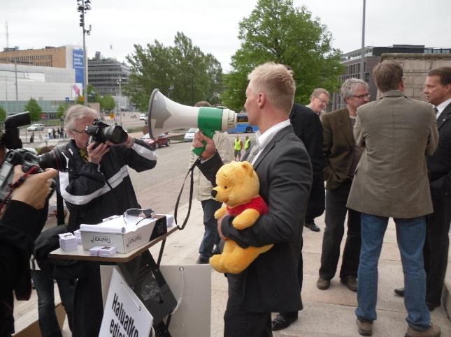 Mikael Jämsänen järjesti tänään eduskunnan portailla