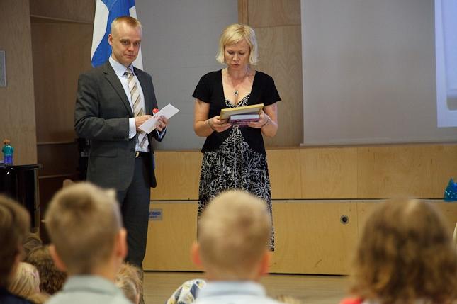 Kirkonkylän koulun rehtorin Erika Kauppi-Nykäsen kanssa jakamassa jälleen Vuoden Kunnon Kaveri palkintoa. Kuvat: Vesa Nopanen. Kiitos niistä.