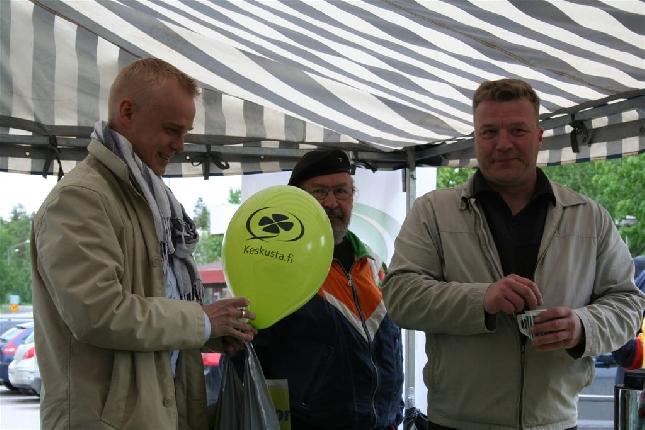 Hauska kuva. Lopen keskustan puheenjohtajan Harri Nurmon ja valtuutettu Elis Väänäsen kanssa EU-vaalitilaisuudessa Lopella. Mukana myös mm. pääministerimme Matti Vanhanen.