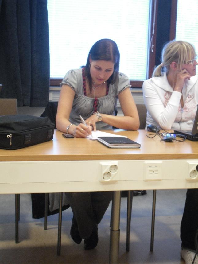 Lopen kokoomuslaisen valtuustoryhmän puheenjohtaja ja kunnanhallituksen jäsen Eeva Pyhälammi ja kunnanhallituksen varapuheenjohtaja Saija Grönholm illan kunnanhallituksessa.