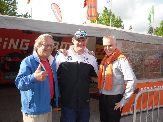 Jorma Pulkkisen ja Marko Tarkkalan kanssa varikolla. Jorman kanssa aikanaan teimme paljonkin erilaisia juttuja yhdessä silloin kun itse aloittelin juontajan ja selostajan töitä erityisesti Jorman pojan Timon opissa.