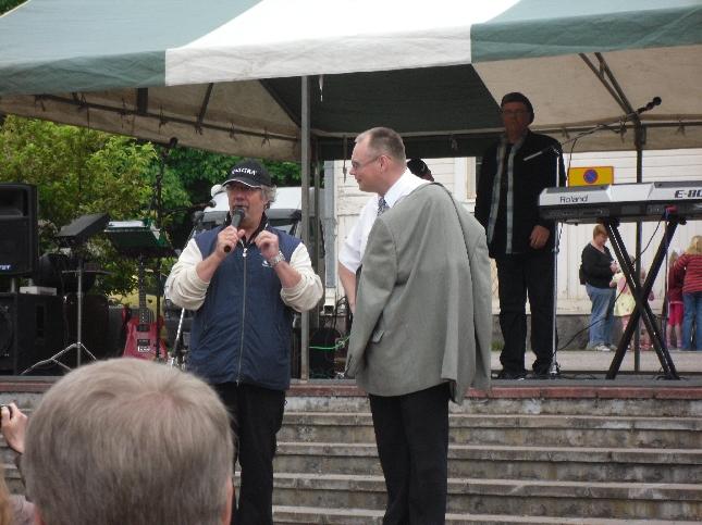 Tuore kunnanjohtajamme Ilkka Salminen Kari Salmelaisen haastateltavana.