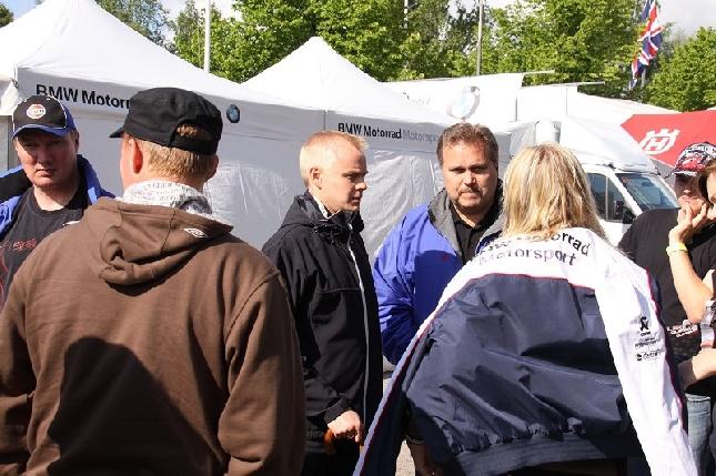 V. Leino Oy:n Juha Leppäsen ja Katri Tiaisen kanssa juttelemassa varikolla. Kuva moottorimaailma.com. Kiitos.