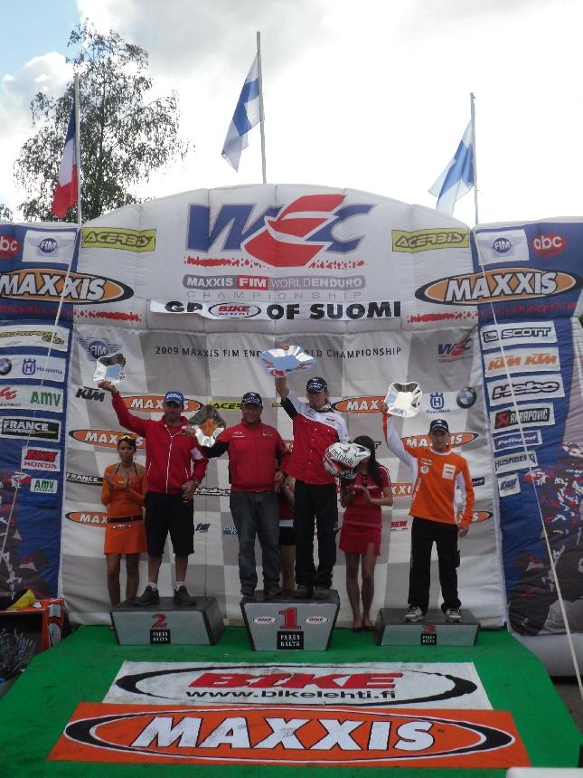 Mika Ahola oli Riihimäen enduron MM-viikonlopun tuplavoittaja ja tuuletti siis kahdesti korkeimmalla korokkeella. Oikealla hienosti ajanut nuori Eero Remes ja kakkosen Antonio Meon - hänkin kahdesti kakkonen.