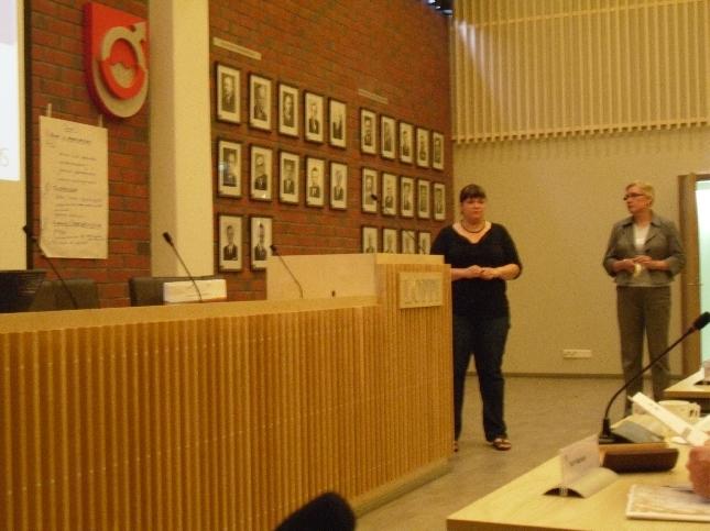 Kokoomuksen Anniina Nummelin tänään esittelemässä ryhmätyön tuloksia valtuustomme Arvo-seminaarissa.