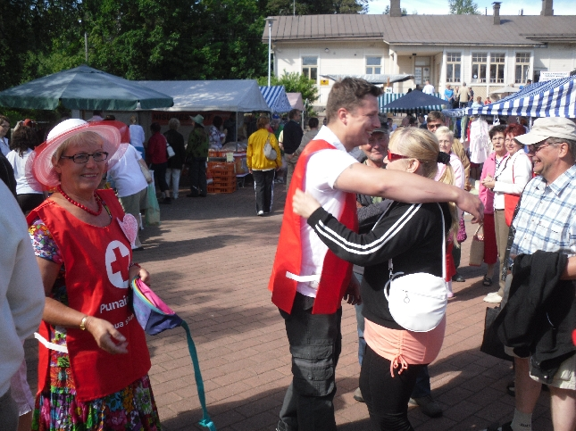 Lopen SPR järjesti halauskampanjan ja mukana halaamassa mm. Janne Tulkki ja Olavi Sampo.