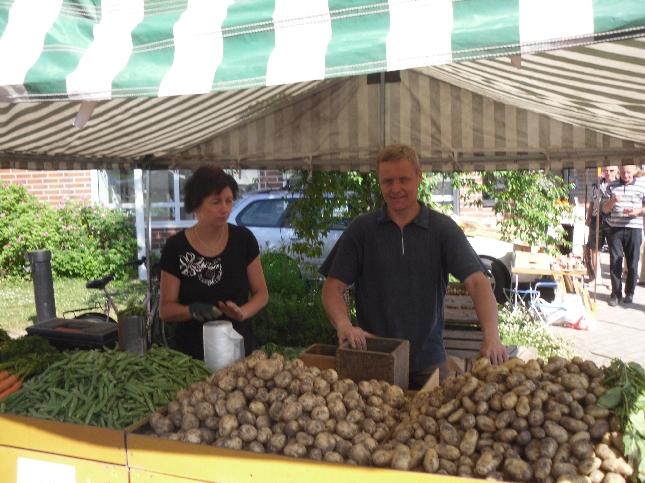 Tänään markkina- ja tapahtumapäivä alkoi Lopen Perunankukkapäiviltä. Mukana tietenkin myös Koukun Anita ja Mika ja Lopen parasta uutta perunaa.