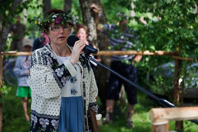 Kyläpäällikkö Anne Malin Krouvin Kyläpäivien avajaisissa. Annelle kuuluu kylänväen kanssa aivan valtaisa kiitos tästä tapahtumasta ja sen suuresta mainosarvosta kotikunnallemme. Sitä mainosta ei rahalla voi ostaa.