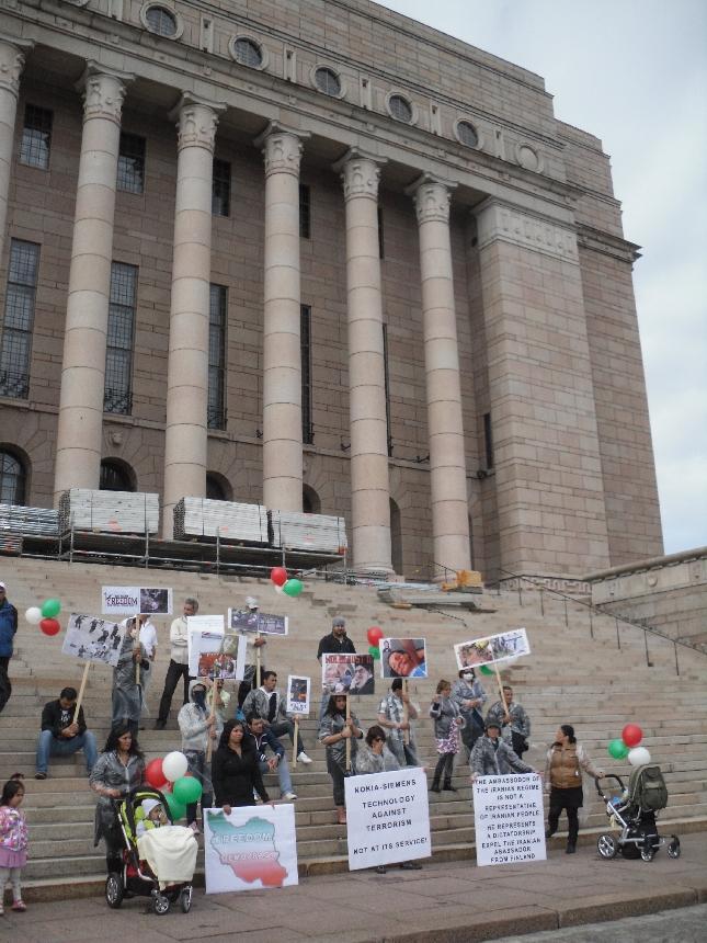 Tänään työpäivä eduskunnassa alkoi hieman erilaisissa tunnelmissa. Talon edessä oli jälleen yksi mielenosoitus, mutta tänään suomalaiseen elämäntyyliin hieman poikkeava aikalailla äänekäs ja rytmikäs mielenosoitus Iranin demokratian puolesta.