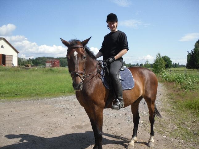 Aamutunnelmia Vaahteramäen Ratsastuskoululta. Ihmeellisesti ratsastajaa hymyilyttää? Ei tunti siihen paljon ainakaan aihetta antanut. Ehkä sitten hieno sää ja upea hevonen.