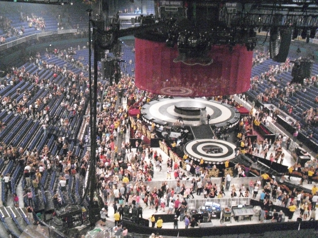 Britneyn konsertti ohi ja täpötäysi Areena purkautuu ja lavan purku alkaa supernopeasti. Sekin jo aikamoinen show.