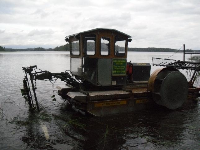 Kaksi tällaista erikoisniittokonetta aloitti työnsä tänään Loppijärvellä. Yli 30 tuntia koneet kaislaa kaatavat ja ne myös maalle tuovat. Vuosi vuodelta urakka näyttää helpottuvan. Tänä vuonna Haastekampanja Loppijärvemme hyväksi tuplasi jo aiemmin päätettyjen niittojen määrän. Monelle siis järvemme on rakas ja tärkeä. Kiitos siitä.