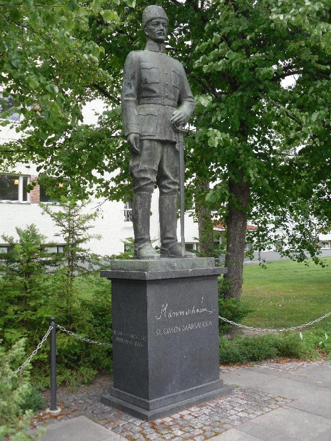 Puhutteleva on Seinäjoen Mannerheim-patsaskin. Myös tekstit kohdallaan.