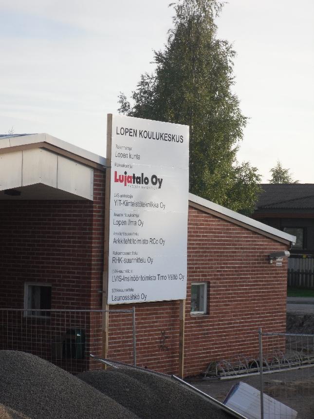 Tänään kävimme puheenjohtajistossa läpi Lopen Kunnan mm. rakennushankkeiden nykytilannetta ja hieman myös tulevia juttuja. Kunta siis heräilee kesästä jälleen täyteen työn touhuun. Tässä yksi iso hankkeemme eli koulukeskuksemme peruskorjaus ja uudisrakennushankkeen viimeinen vaihe ns. B-koulun rakennustyömaa.
