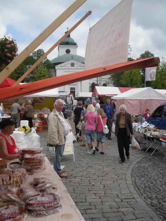 Päivällä kävin aamun töiden ja ennen iltapäivän Lopen kunnan puheenjohtajiston kokousta Hämeenlinnan kuukausimarkkinoilla. Kokoomuslaiset jälleen upeasti esillä torilla ja juttukavereistakaan ei ollut pulaa. Kiitos kaikille.