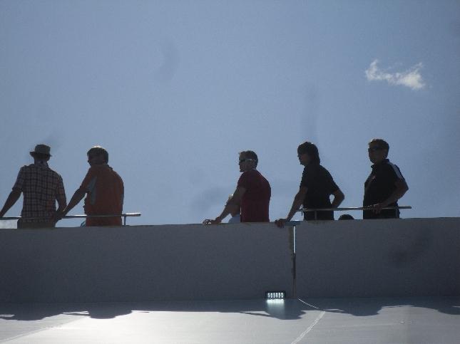 Kaikki halusivat nähdä. Mika Kallio rekan katolta ja toiset radan reunalta.