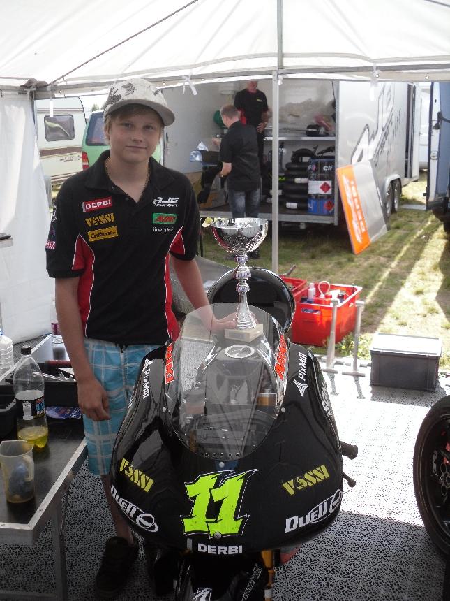 Kaikkien aikojen nuorin RR:n Suomenmestari juuri 15-vuotta täyttänyt Niklas Niki Ajo Räyskälän varikolla mestaruuden ratkaisseen startin jälkeen. Huikea kaveri.