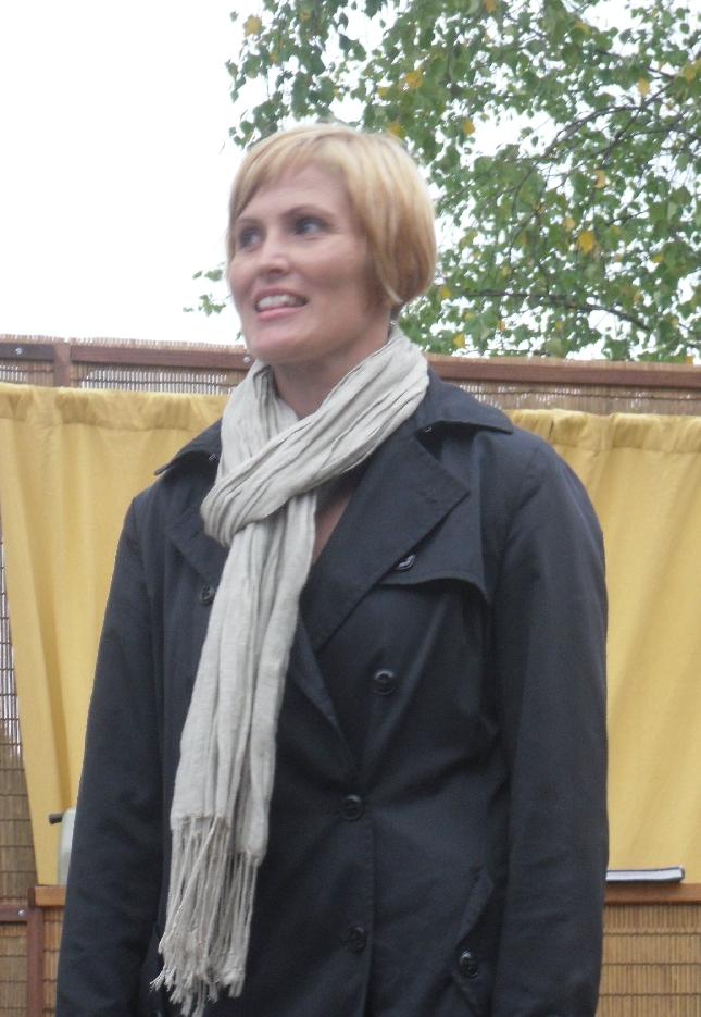 Hollolan kokoomuksen puolesta tapahtuman avasi ja väen paikalle toivotti Elina Laiho. Virtaa riittää hänessä.
