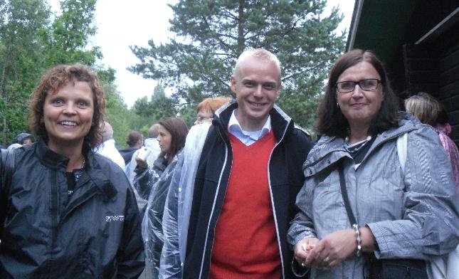 Sanna-Maria Laineen ja Merja Vahterin kanssa kesäsateen kastelemina teatterin jälkeen.