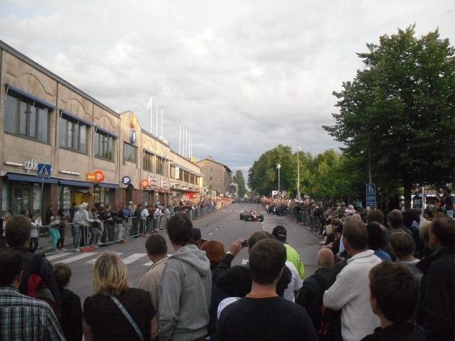 Tänään Race of Porvoo -hyväntekeväisyystapahtuma alkoi kaupungin keskustasta mikä sai monen suurkaupungin tapaan myös F1-kasteensa. Väkeä aivan valtavasti paikalla. Hienoa.