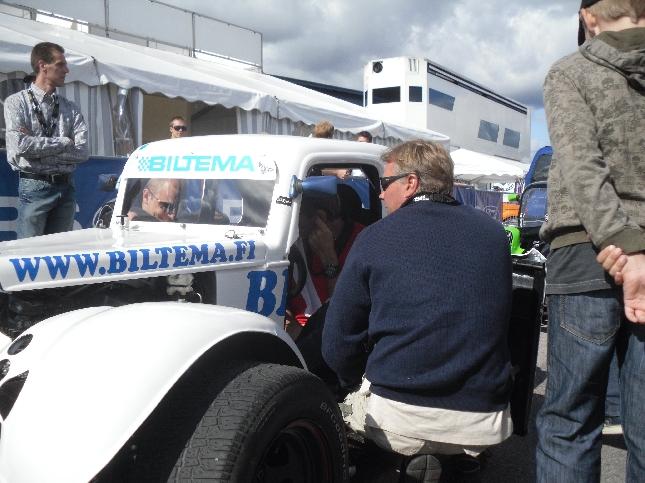 Marcus Grönholm autossa ja Jyrki Järvilehto ja Mikko Hirvonen