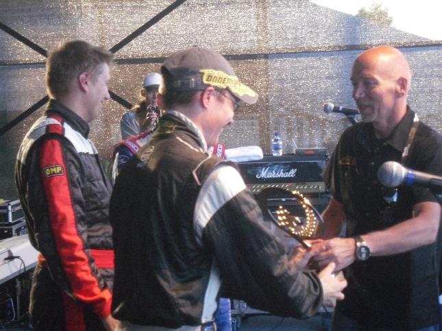 Tähtien Kisan voittajat Martti Huttusen palkittavana. Voittoo siis Vartti Racing Star -kilpailussa Matti Rantanen ja kakkoseksi Toni Gardemaister ja kolmanneksi Mikko Hirvonen.