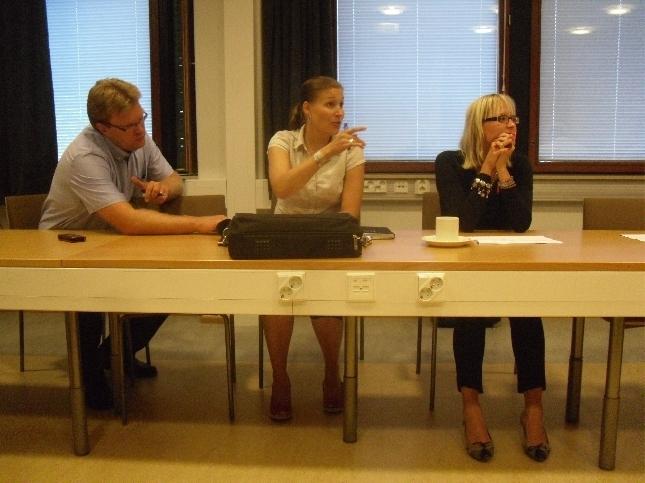 Meidän kunnanhallitusryhmä tänään ylimääräisessä kh:ssä. Oikealta Saija Grönholm, Eeva Pyhälammi ja Pasi Tarkkala.