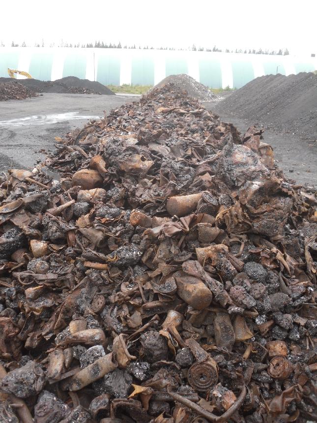 Ongelmajätepolton tuloksia eli jäljelle jäänyttä metallia jatkamassa tietä eteenpäin ja elämää uusissa tuotteissa.
